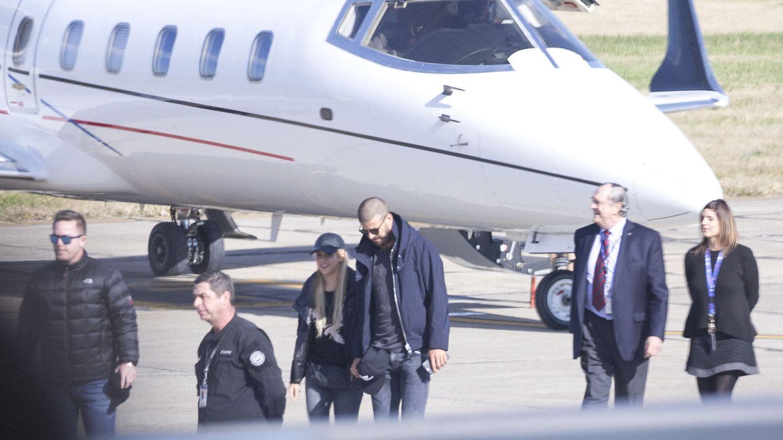 Gerard Piqué y Shakira llegan a Rosario en un avión privado. (EFE)