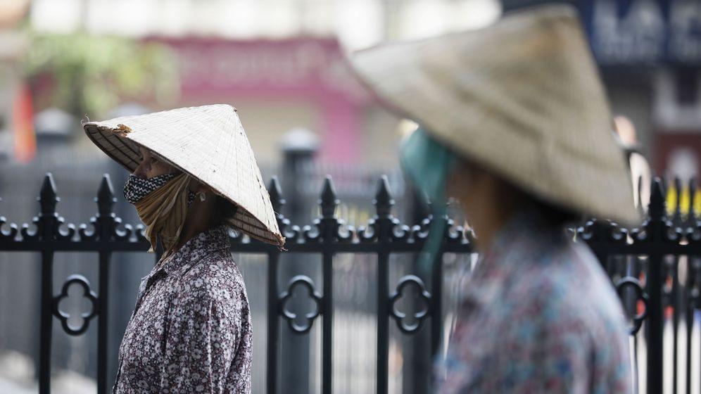 Foto: Una cola para recibir arroz gratuito en Hanoi. (EFE)