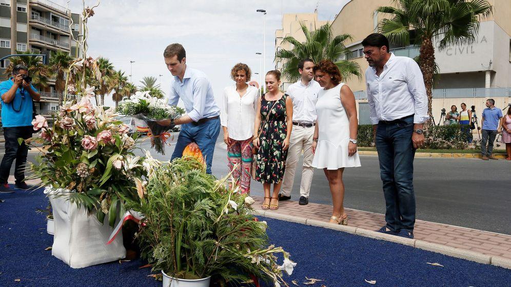Foto: El presidente del PP, Pablo Casado, deposita un ramo de flores en el monolito que recuerda a las dos personas asesinadas por ETA. (EFE)