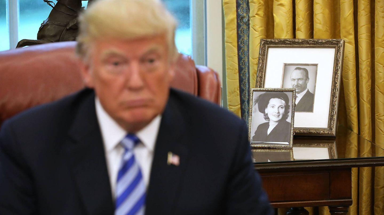 Donald Trump, con unos retratos de sus padres. (Getty)