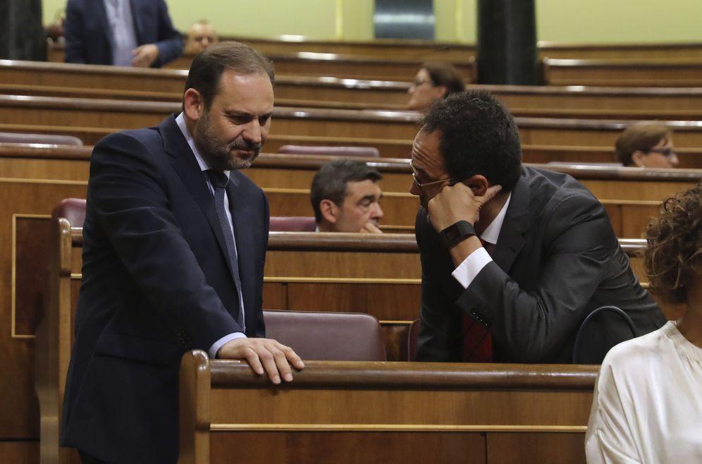 Foto: El portavoz parlamentario socialista, José Luis Ábalos, charla con su predecesor, Antonio Hernando, este 14 de junio, durante la segunda jornada de debate. (EFE)