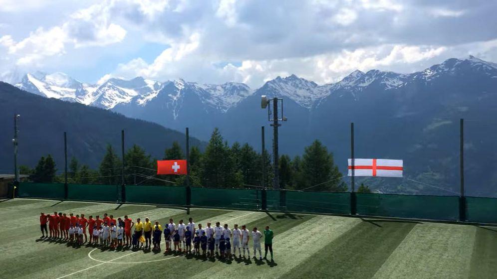 Foto: Los dos equipos formando, con las montañas de los Alpes como testigos (Foto: YouTube)