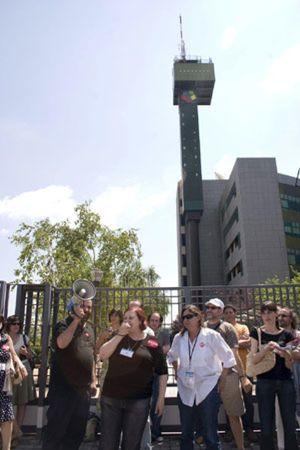 Los sindicatos de Telemadrid exigen una semana más de vacaciones y una paga extra en plena crisis