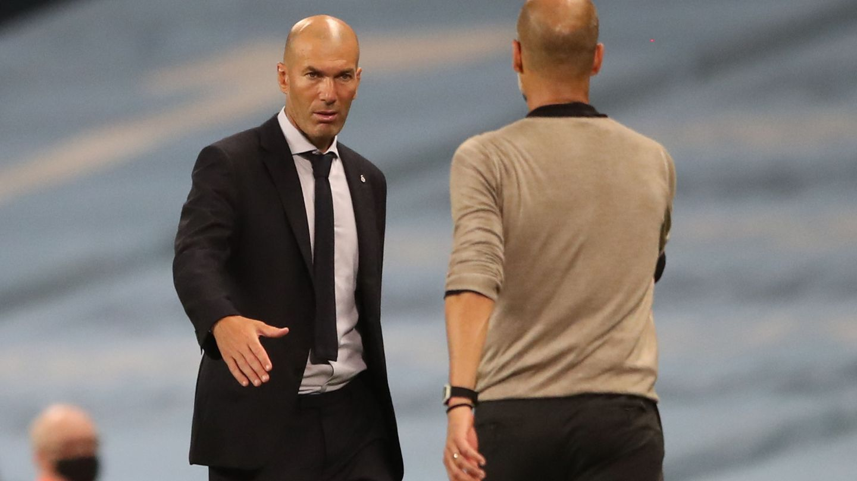 Zidane saluda a Pep Guardiola en el partido contra el Manchester City. (Efe)