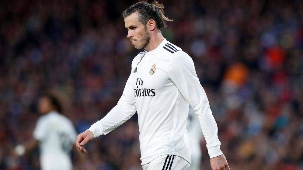 Foto: Gareth Bale, serio, abandona el terreno de juego en el Camp Nou. (EFE)