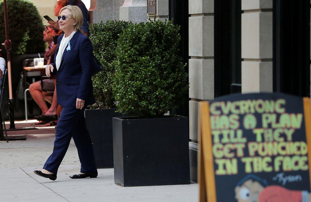 Foto: Hillary Clinton sale del apartamento de su hija Chelsea, donde se refugió tras su indisposición. (Reuters)