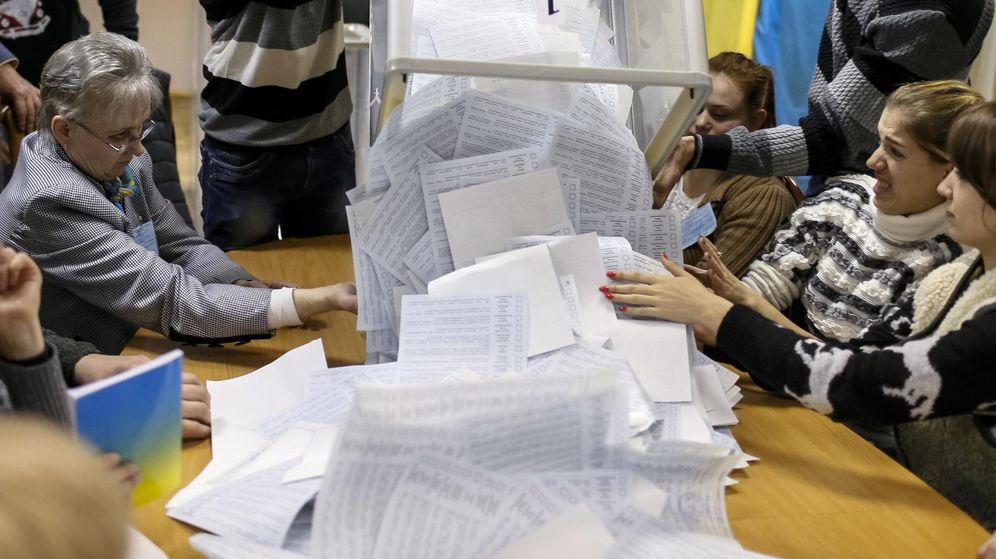 Foto: Los votos de una urna electoral, a punto de ser contados. (Reuters)