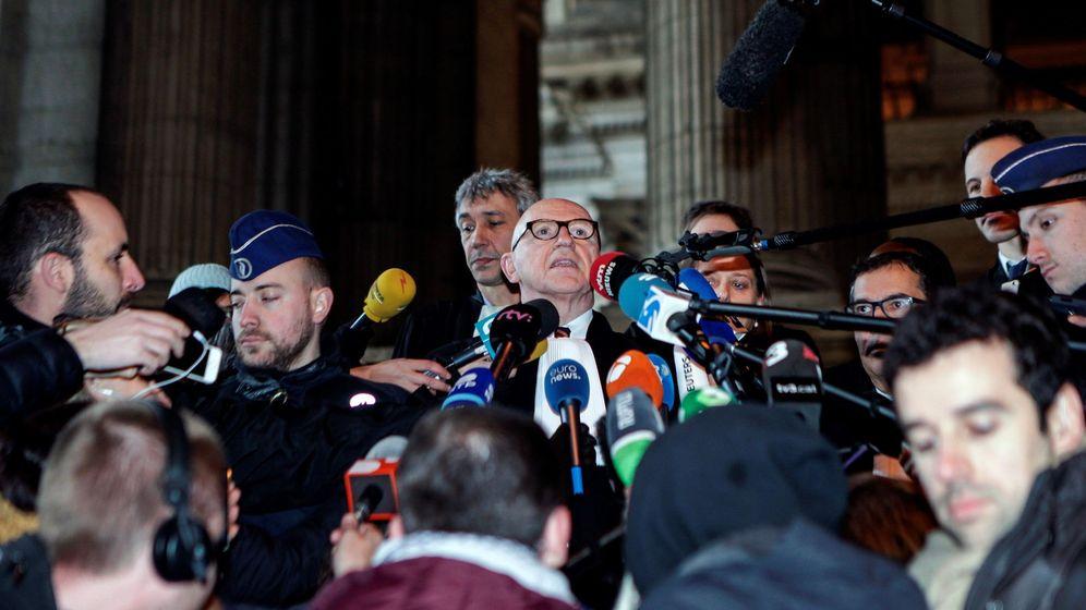 Foto: Paul Bekaert (c), uno de los abogados del expresidente de la Generalitat de Cataluña Carles Puigdemont. (EFE)