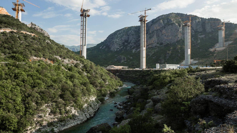 Pilares de hormigón sobre el río Moraca en las obras de la autopista Bar-Boljare en Bioce, Montenegro. (Reuters)