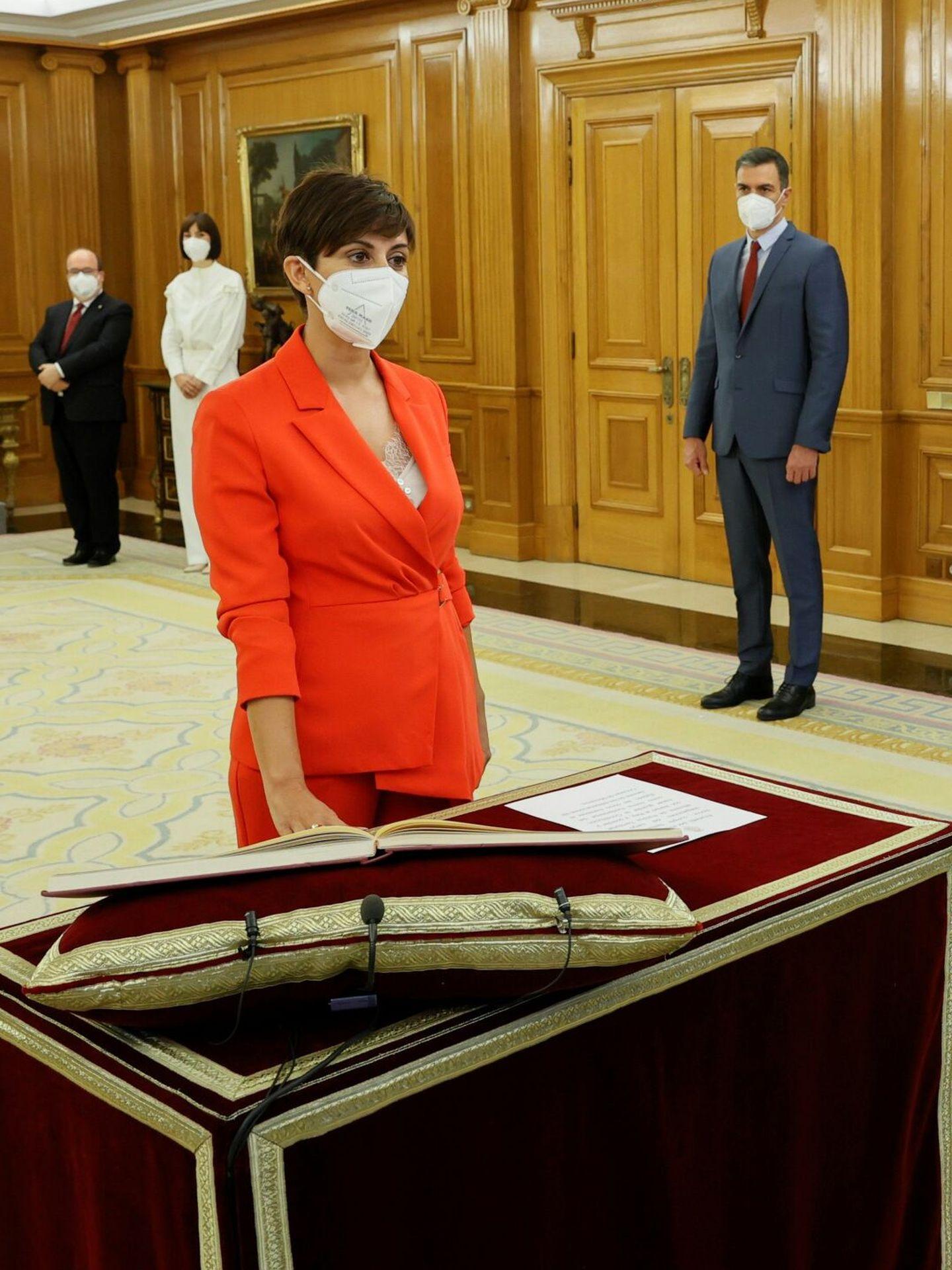 La nueva ministra de Política Territorial y portavoz del Gobierno, Isabel Rodríguez, promete su cargo ante el Rey. (EFE)
