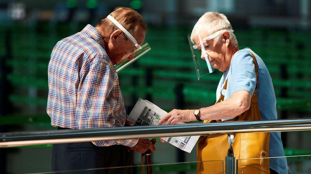 Foto:  Dos pasajeros se disponen a embarcar en la terminal 1 del aeropuerto Josep Tarradellas Barcelona. (EFE)
