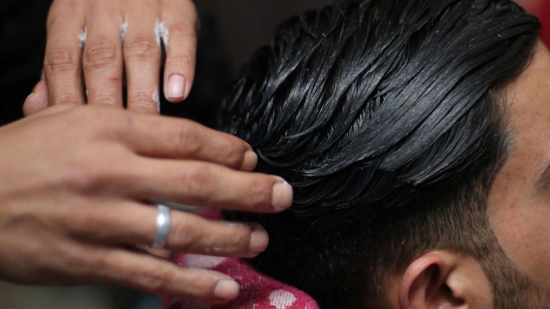 Hombre corta el pelo con fuego