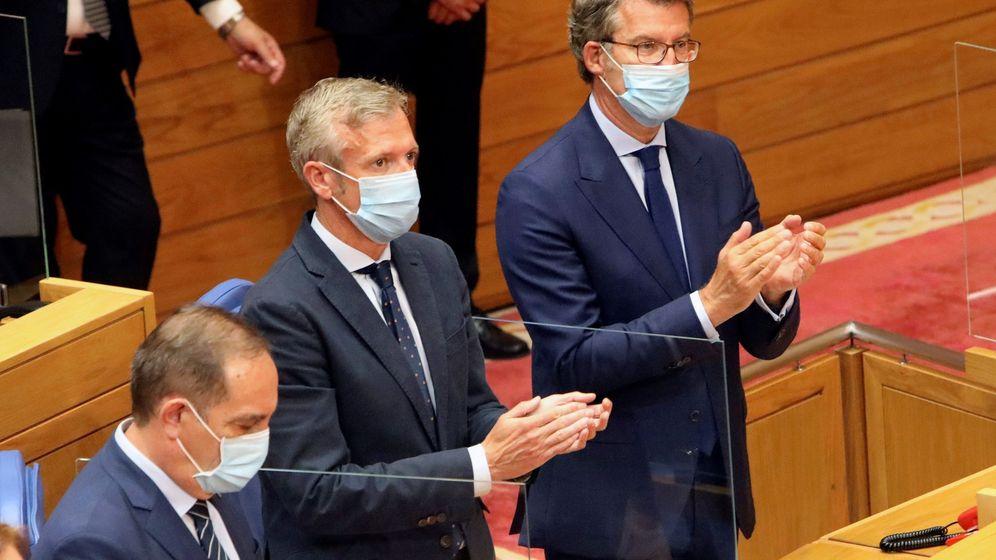 Foto: Feijóo junto a su vicepresidente, Alfonso Rueda, este viernes en el nuevo Parlamento. (EFE)