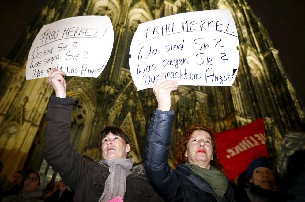 Foto: Alemanas con carteles en los que exigen a Merkel que reaccione ante las agresiones, en Colonia, el 5 de enero de 2016 (Reuters).