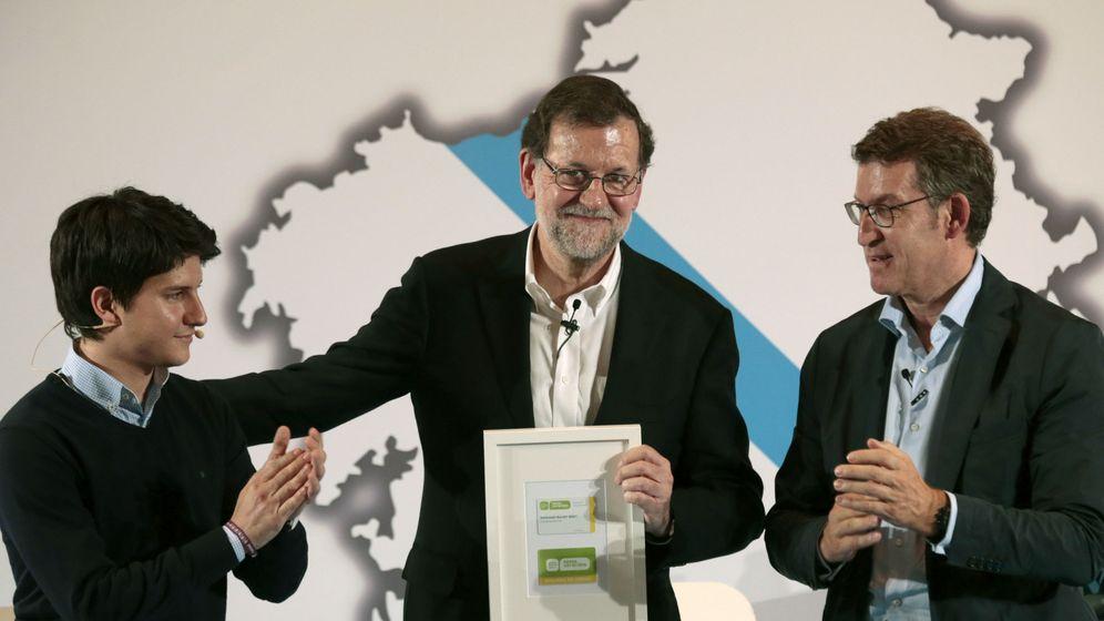 Foto: El presidente del Partido Popular, Mariano Rajoy (c), junto al presidente de Galicia, Alberto Núñez Feijóo (d), y el presidente de NNGG de Galicia, Diego Gago (izq). (EFE)