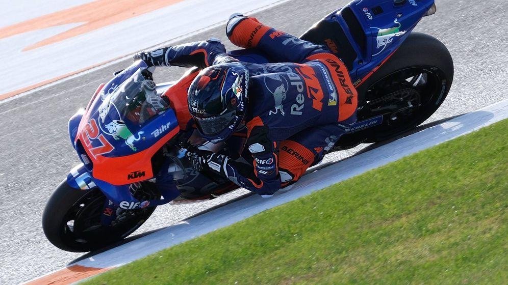 Foto: Iker Lecuona, en su debut con la KTM de MotoGP el pasado mes de noviembre en Valencia. (Paco Díaz)