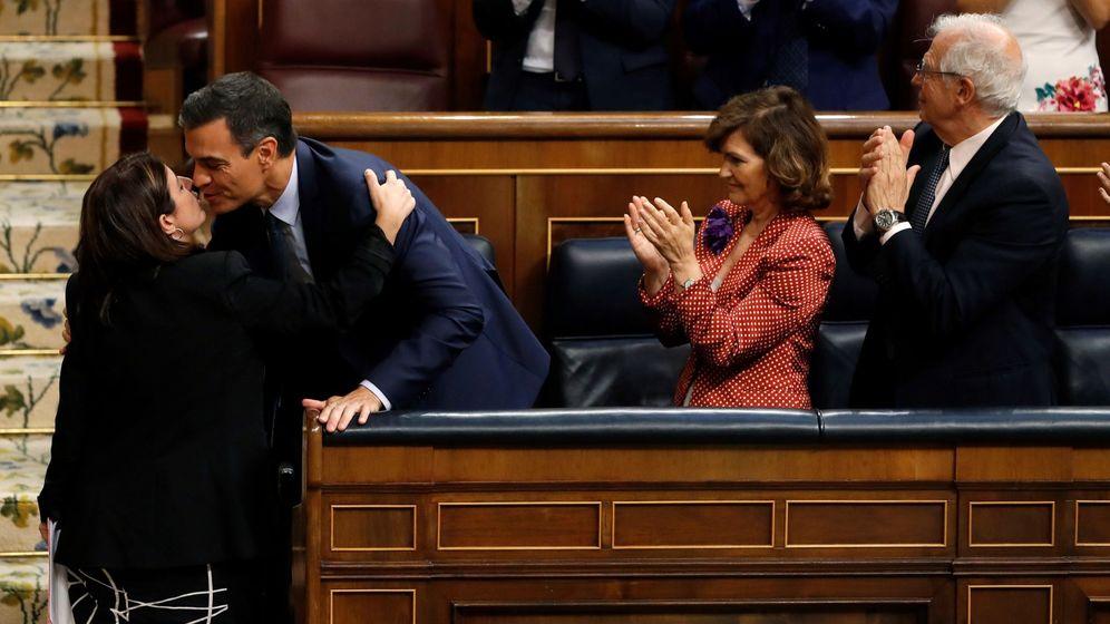 Foto: La portavoz socialista, Adriana Lastra, saluda a Pedro Sánchez tras su intervención en la última jornada de la investidura fallida. (EFE)