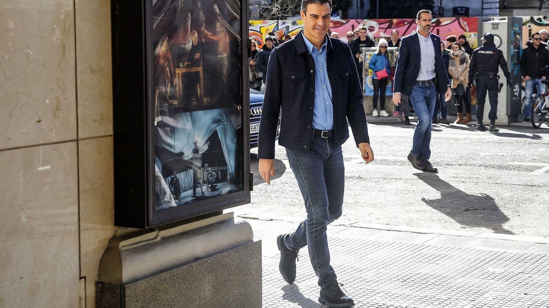 Pedro Sánchez, este domingo a su llegada al teatro La Latina. (EFE)