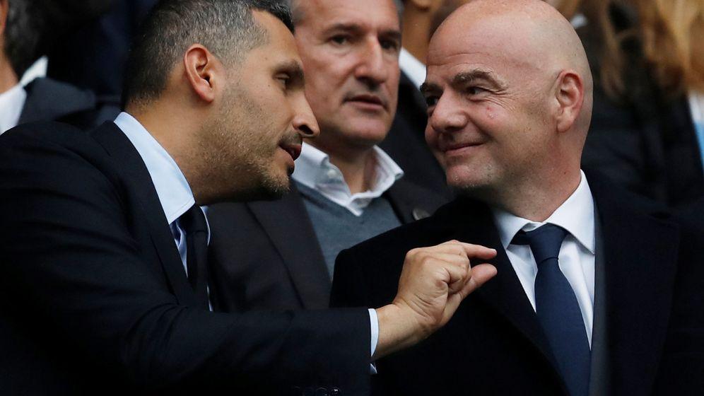 Foto: Khaldoon Al Mubarak (i), presidente del City, y Gianni Infantino, actual presidente de la FIFA y secretario general de la UEFA en 2014. (Reuters)