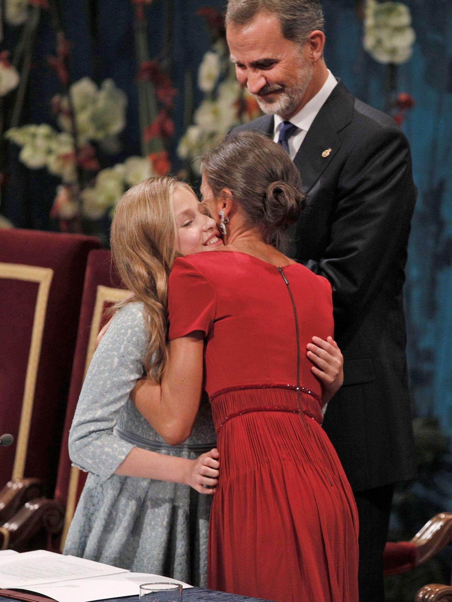 Doña Letizia, abrazando a Leonor. (EFE)