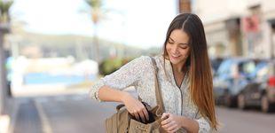 Post de Por qué no debes dejar tu bolso en el sofá cuando vas de visita