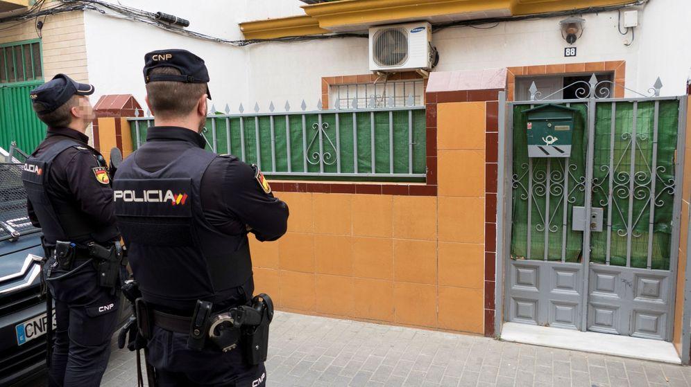 Foto: Dos agentes de la Policía Nacional durante el registro de la casa donde residía el presunto yihadista. (EFE)
