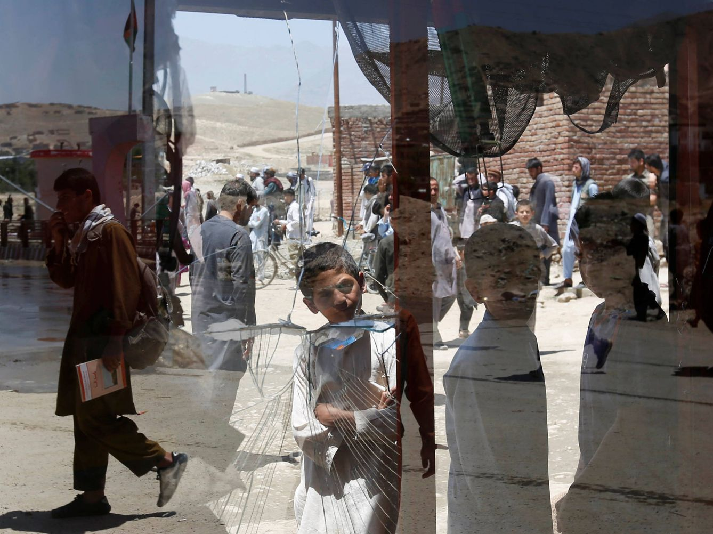 Foto: Niños afganos observan los efectos de un atentado suicida en Kabul, el 25 de mayo de 2016 (Reuters).