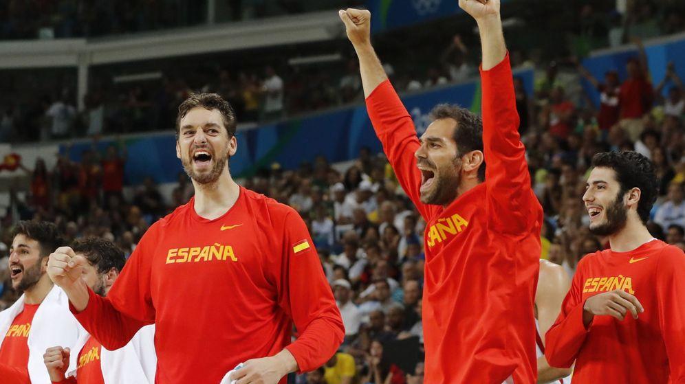 Foto: Calderón (der.) celebra una canasta en el España-Francia de los pasados Juegos Olímpicos (Jorge Zapata/EFE)