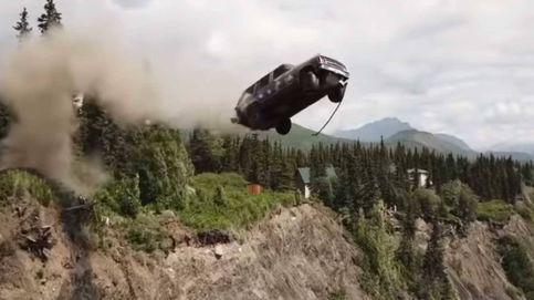 La curiosa tradición de un pueblo de Alaska: lanzar coches en un acantilado