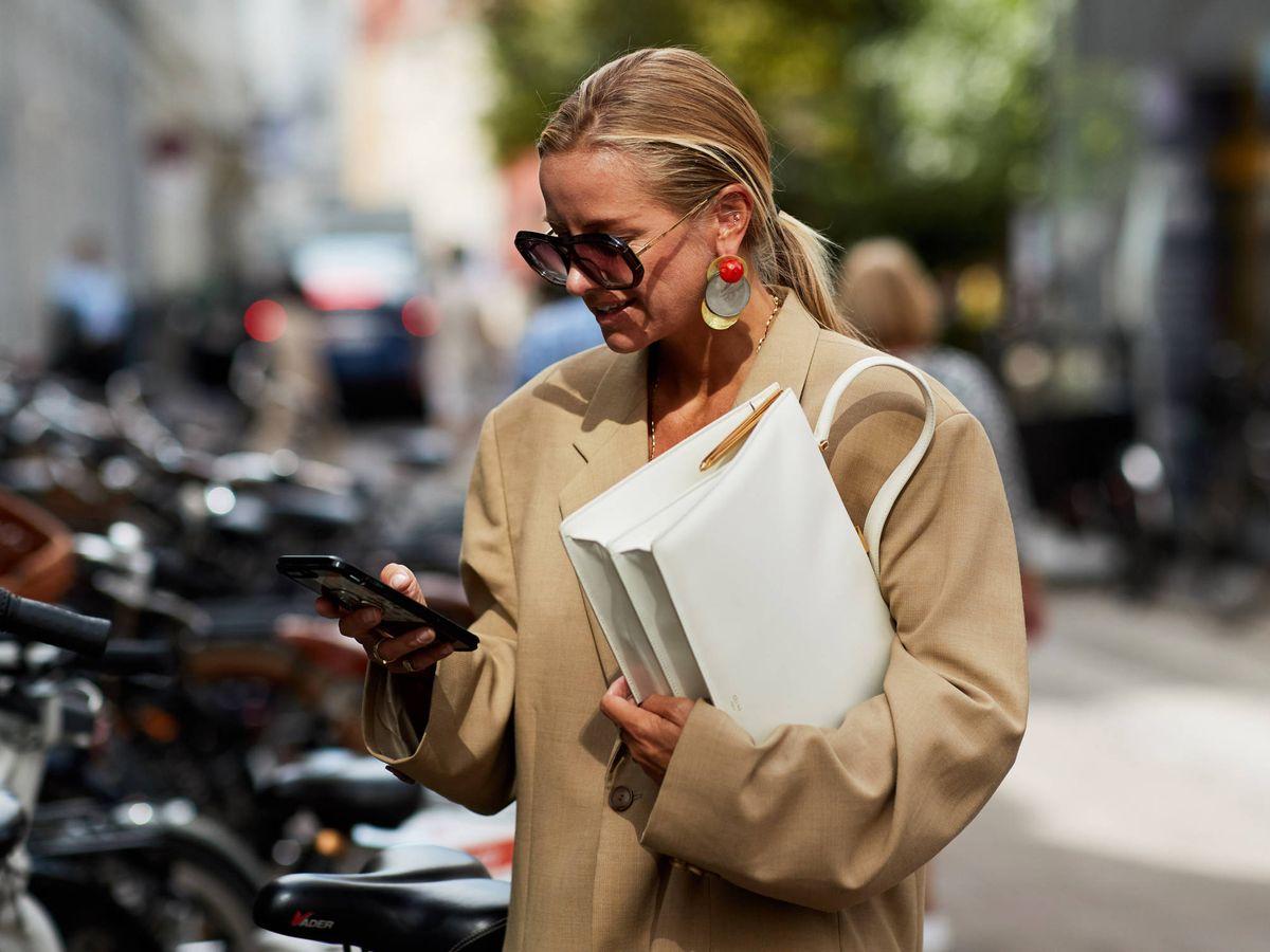 Foto: Nada como un bolso blanco como el de Parfois para tener lookazos esta temporada. (Imaxtree)