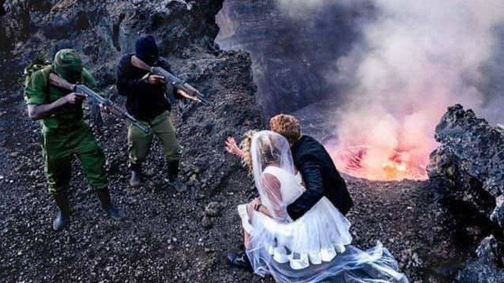 Foto: Los novios, apuntados por supuestos militares, con el volcán al fondo (Foto: Facebook)