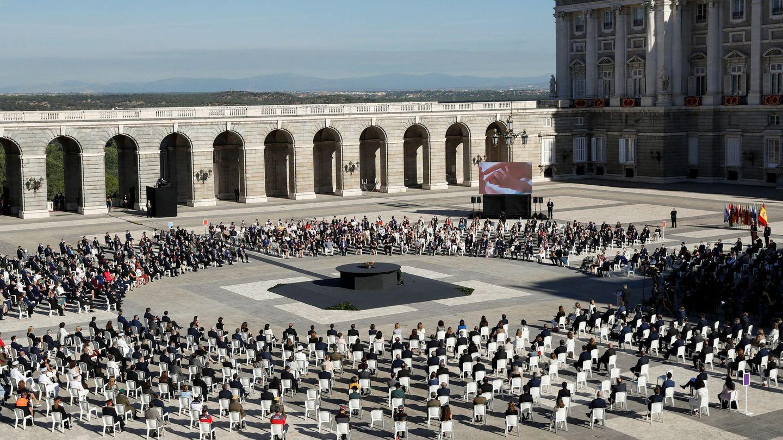 Acto de homenaje a las víctimas de la pandemia en el Palacio Real, esta mañana. (EFE)