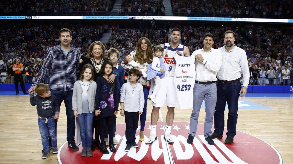Foto: Felipe Reyes posa con su familia durante el Real Madrid-FC Barcelona Lassa tras batir el récord de triples de la ACB (ACB Photo/Víctor Carretero)