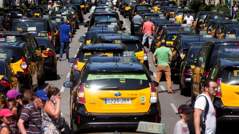 Los taxistas de Barcelona colapsan el centro de la ciudad. (EFE)