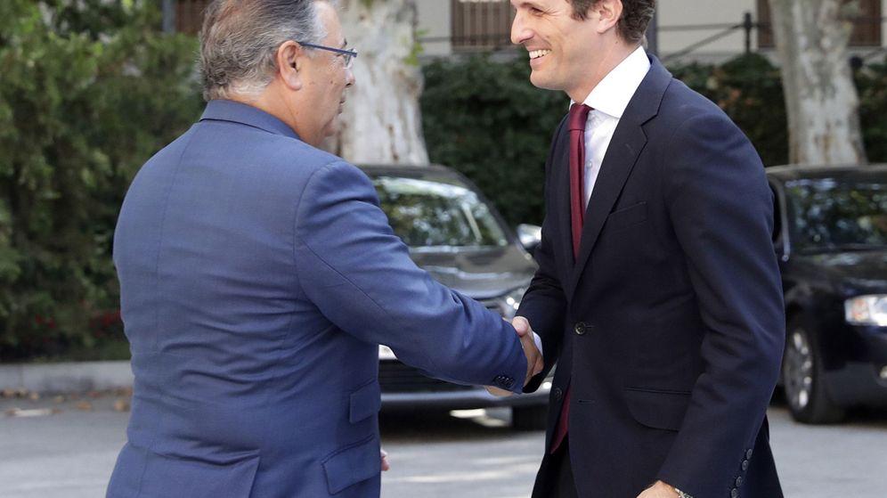 Foto: El presidente del PP, Pablo Casado, saluda al exministro del Interior Juan Ignacio Zoido. (EFE)