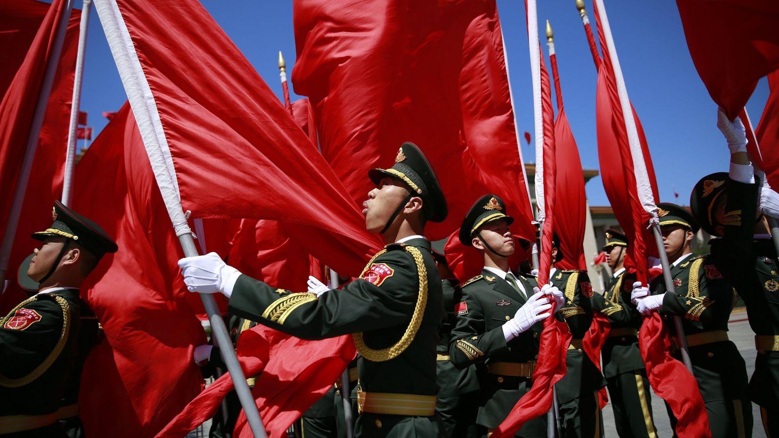 Foto: Guardias de honor se preparan para una visita oficial en Pekín, el 13 de mayo de 2017. (EFE)