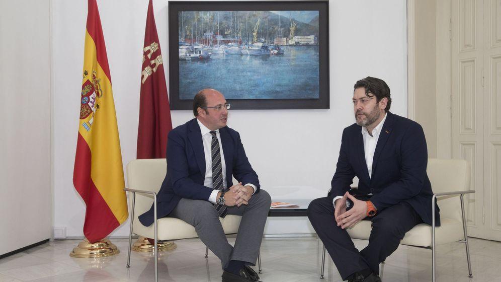 Foto: El presidente de la Región de Murcia, Pedro Antonio Sánchez (i), junto al lider regional de Ciudadanos en Murcia, Miguel Sánchez. (EFE)