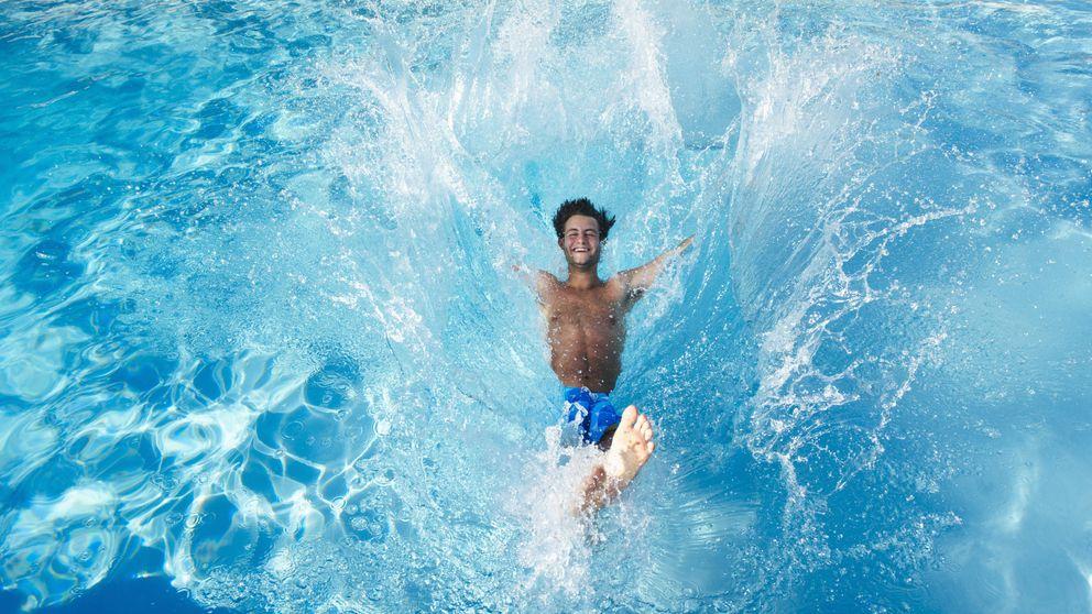 La razón por la que debes evitar tragar agua de la piscina estas vacaciones