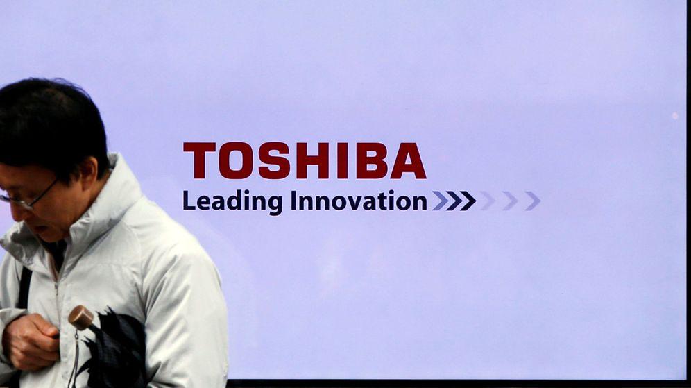 Foto: Un hombre pasa frente a un cartel de Toshiba en Tokio. (Reuters)