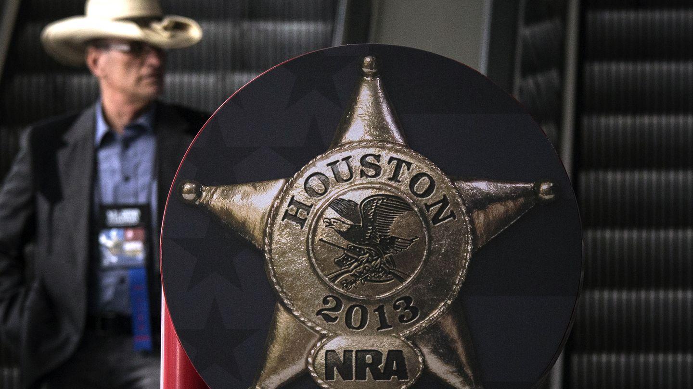 Un hombre llega al encuentro anual de la Asociación Nacional del Rifle, celebrada en Houston (Reuters).