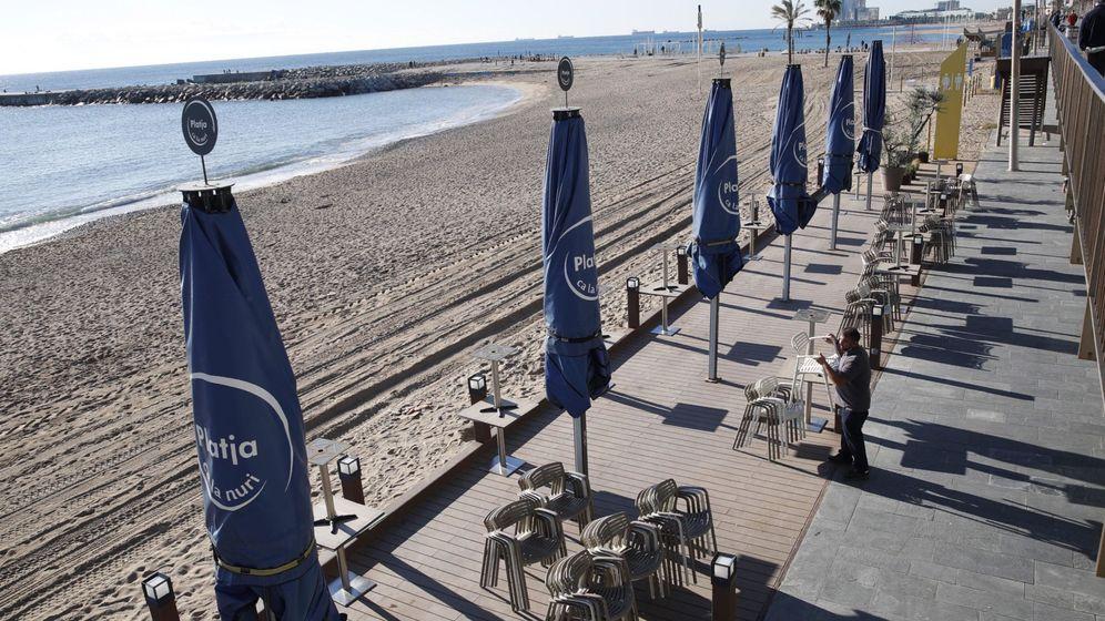 Foto: Un restaurante de la Barceloneta, cerrado por las medidas anticovid. (EFE)