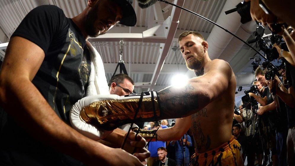 Foto: McGregor prueba los guantes en una reciente exhibición. (EFE)