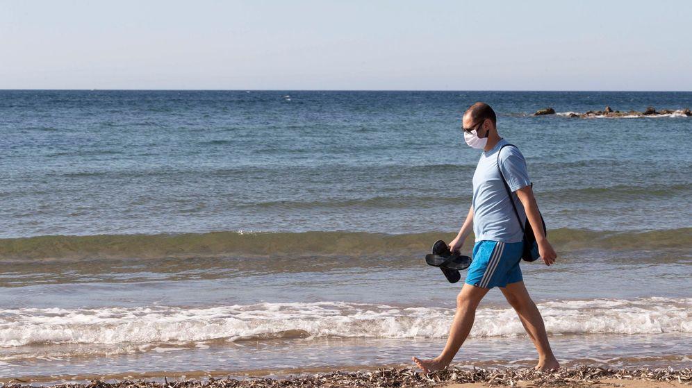 Foto: Un hombre con mascarilla camina por la playa de Rihuete, Mazarrón, en Murcia, este domingo. (EFE)