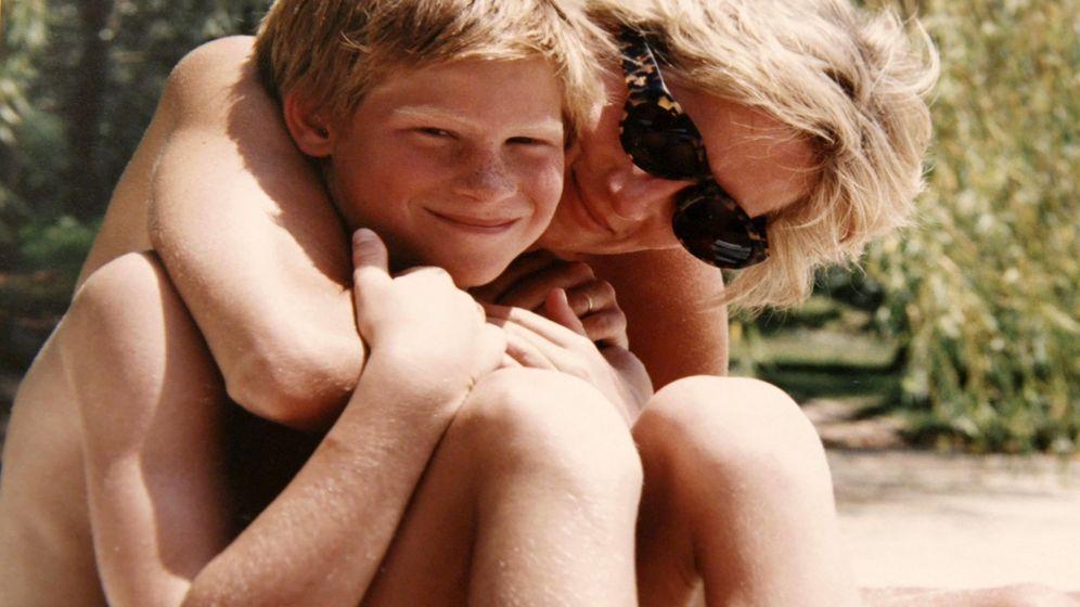 Foto: Harry con su madre en una imagen del documental. (Reuters)