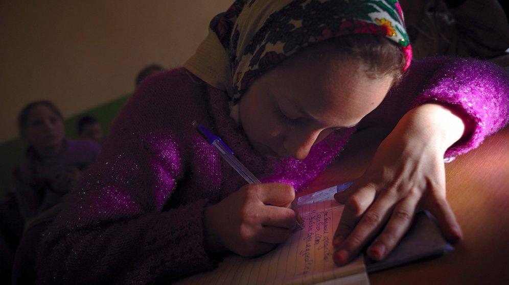 Foto: Una estudiante pomak durante una clase de religión islámica en Bulgaria. (EFE)