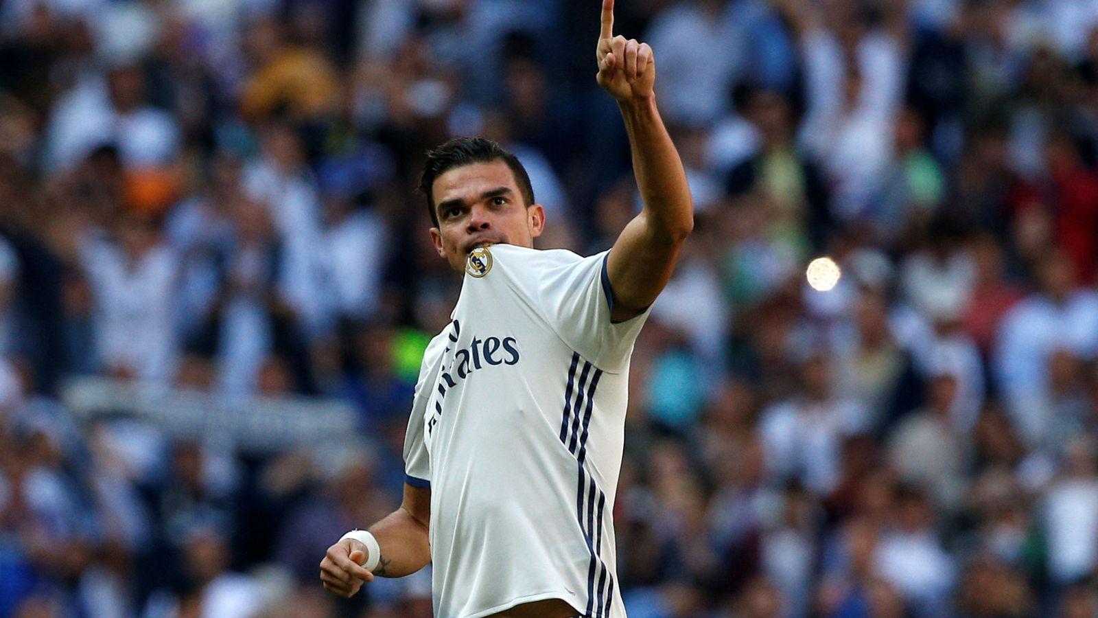 Foto: Pepe se va por la puerta de atrás del Real Madrid tras diez años. (Reuters)