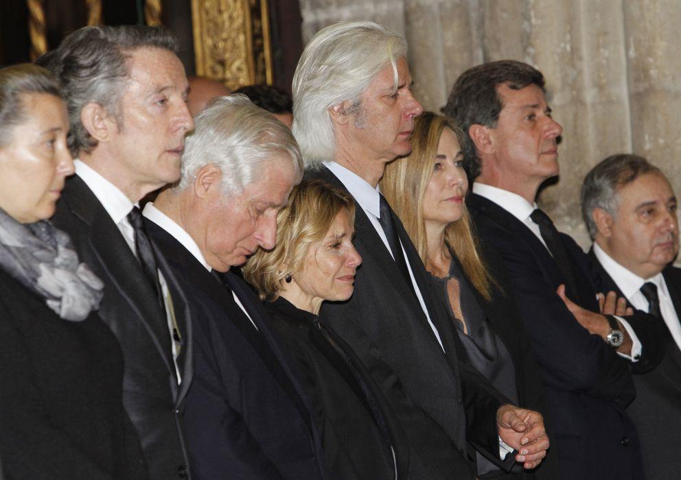 Foto: Los Alba y Alfonso Díez, en el funeral de doña Cayetana (Gtres)