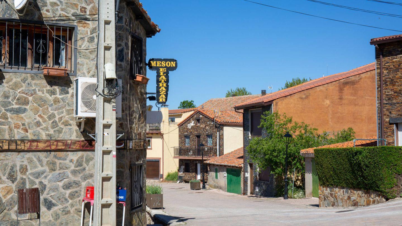 Calles vacías en El Atazar, un pueblo dividido por la política. (D.B.)