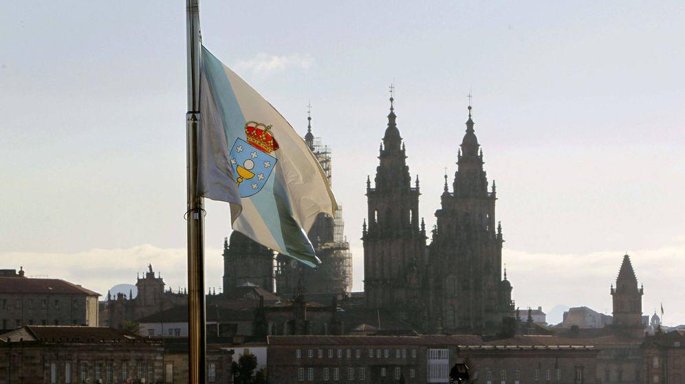 Foto: La bandera de Galicia ondea frente al Monte Pío en Santiago de Compostela (EFE)