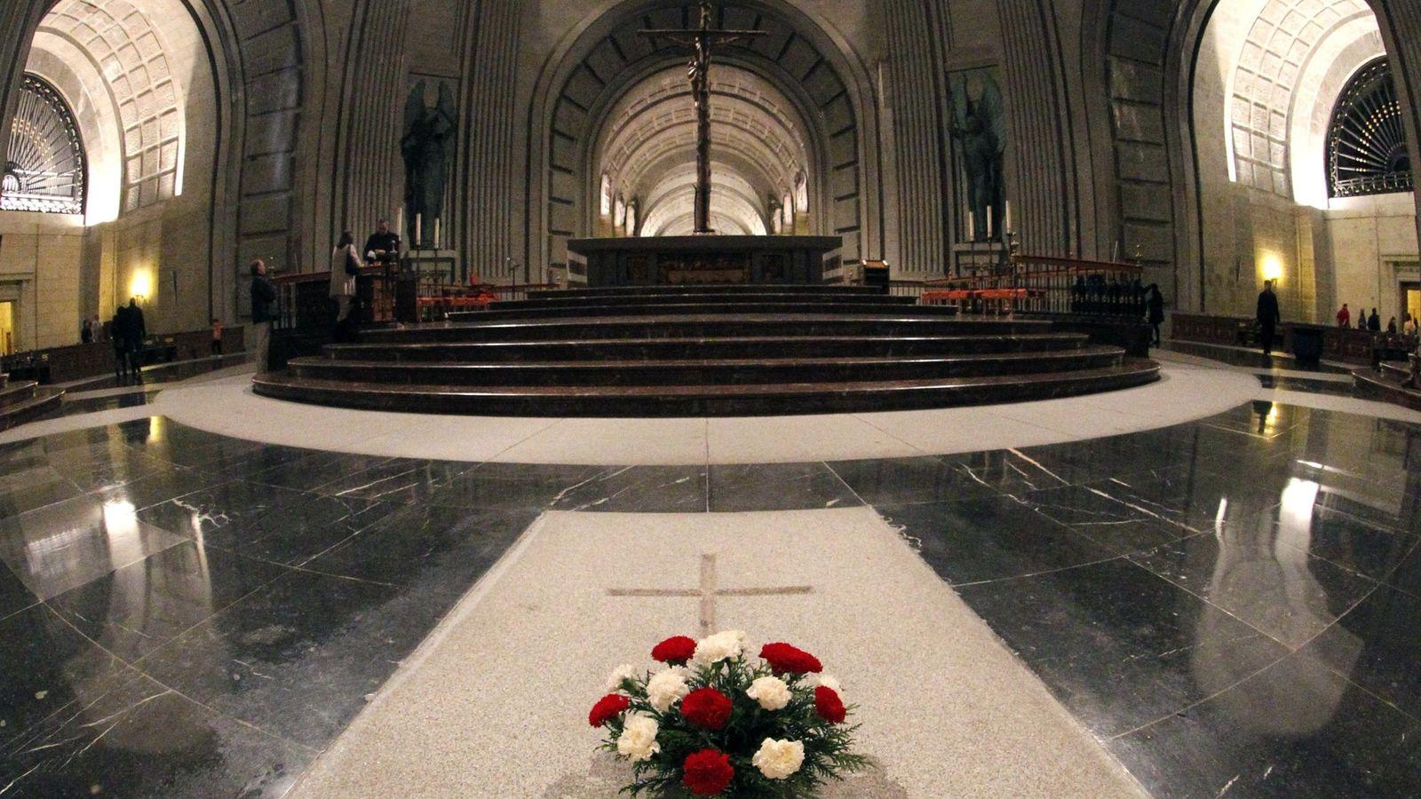 Foto: La tumba donde reponsan los restos de Francisco Franco en el Valle de los Caídos, en diciembre de 2011. (EFE)